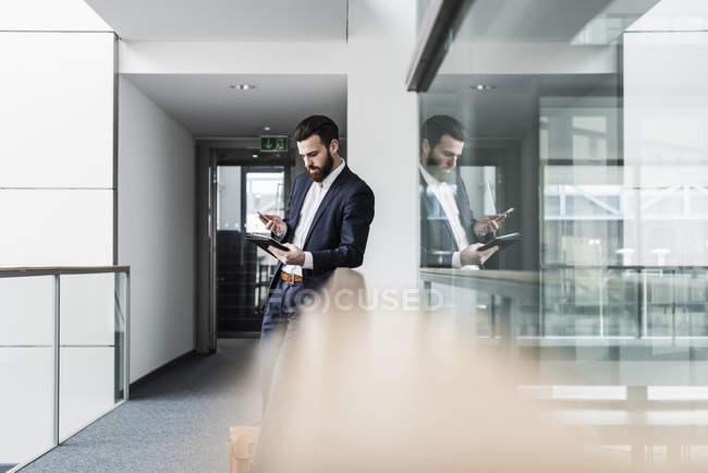 Портрет молодого бізнесмена за допомогою смартфона — стокове фото