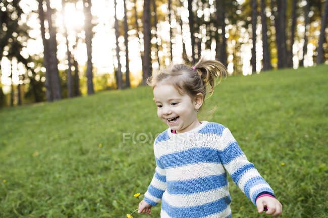 Menina caucasiana feliz se divertindo em Prado — Fotografia de Stock