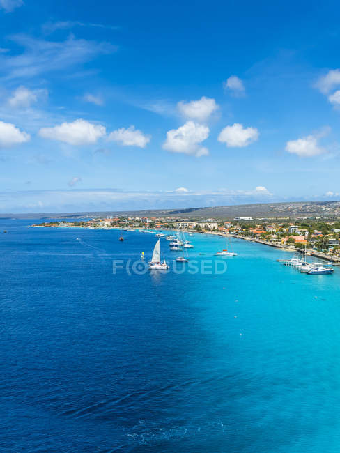 Caribbean, Bonaire, Kralendijk, coast and townscape with sailing boats in sea — Stock Photo