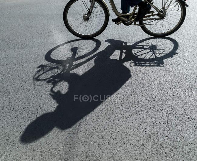 Schatten der Radsportler, die im freien tagsüber — Stockfoto