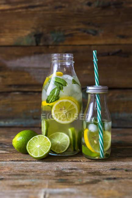 Крупним планом подання свіжі напої з лайм і м'ята — стокове фото