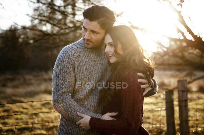 Молодая привлекательная кавказская пара, обнимающая вместе природу — стоковое фото