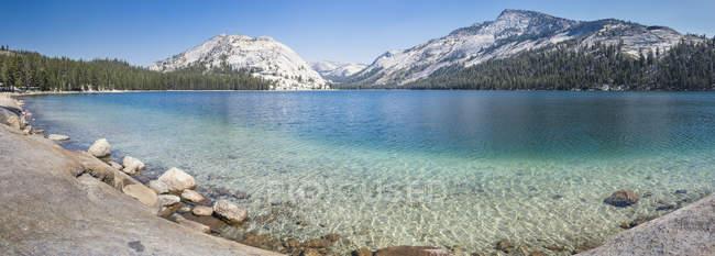 USA, California, Yosemite National Park, mountain lake with snow-capped mountains — Stock Photo