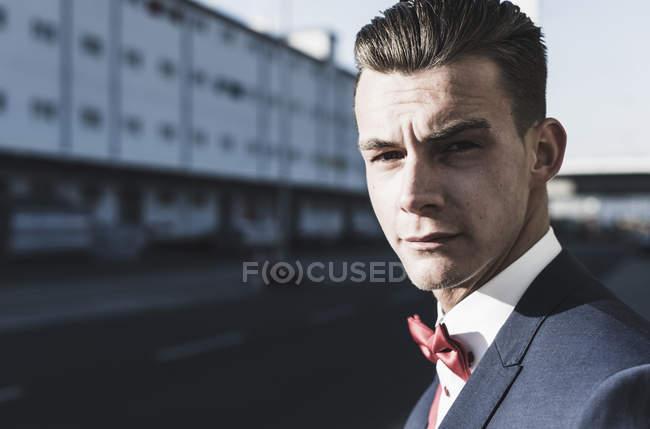 Портрет молодого человека в бабочке на улице — стоковое фото