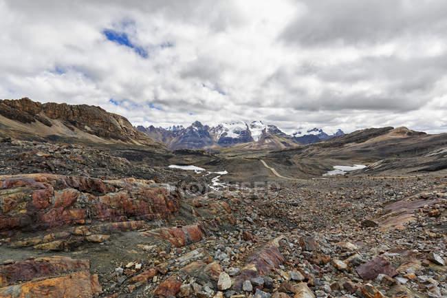 Peru, Andes, Nationalpark Huascarán. Paisagem de montanhas Cordilheira Blanca sob o céu nublado — Fotografia de Stock
