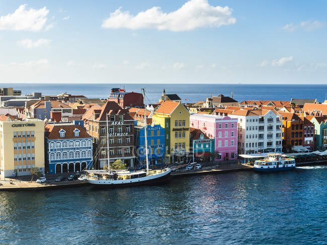 Curacao, Willemstad, Punda, schooner and colorful houses at waterfront promenade — Stock Photo