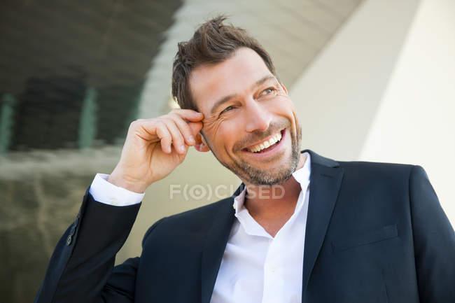 Портрет уверенно улыбающегося бизнесмена на открытом воздухе — стоковое фото