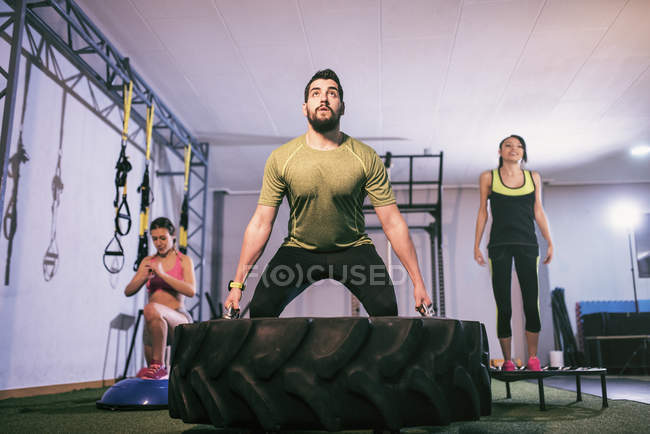 Group of young people training in gym — Stock Photo