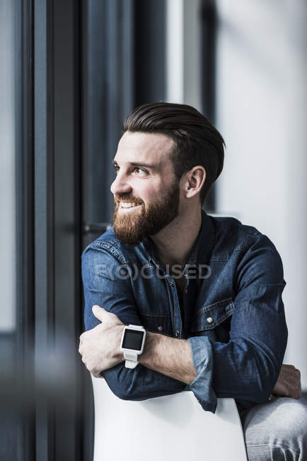 Porträt eines jungen Geschäftsmannes, der zur Seite schaut — Stockfoto