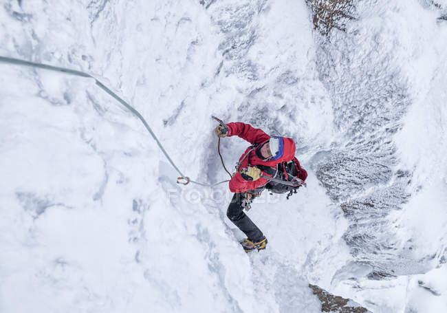 Escócia, Anoach Mor, Homem escalada no gelo no inverno — Fotografia de Stock