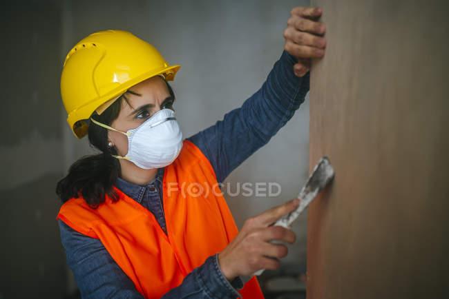 Работницы на строительной площадке, выравнивание стен — стоковое фото