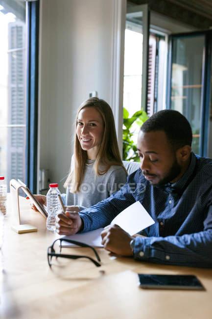 Portrait de deux collègues travaillant à la table du bureau — Photo de stock