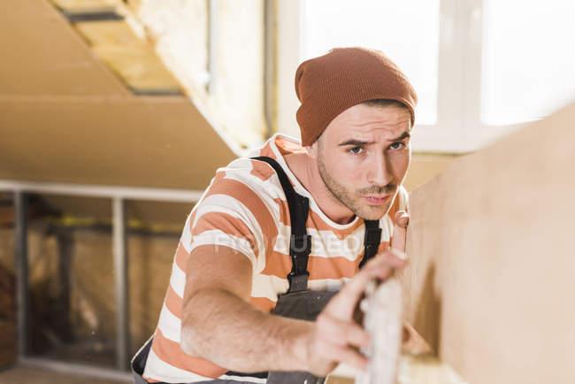 Портрет молодої людини, перевірка дерев'яна Планка — стокове фото