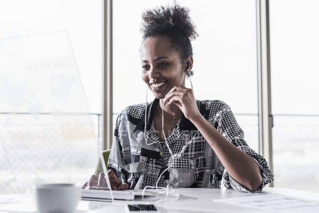 Femme utilisant un ordinateur transparent — Photo de stock