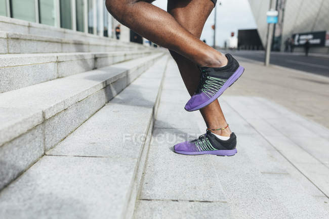 Молодой человек бежит вверх по лестнице — стоковое фото