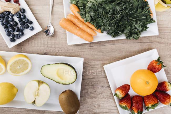 Fruits et légumes sur une table en bois — Photo de stock