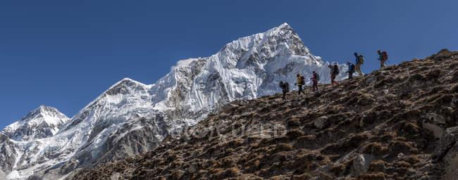 Nepal, Himalaya, Khumbu, región del Everest, escaladores en las montañas - foto de stock