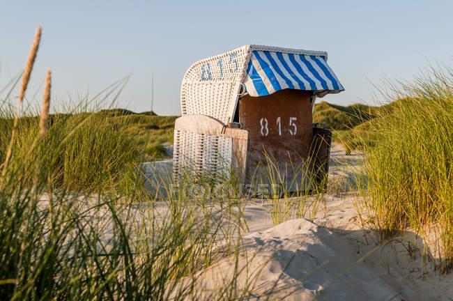 Германия, Amrum, закрывается с капюшоном шезлонг в дюны — стоковое фото