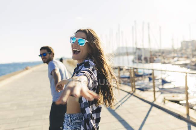 Retrato de jovem casal andando no porto — Fotografia de Stock