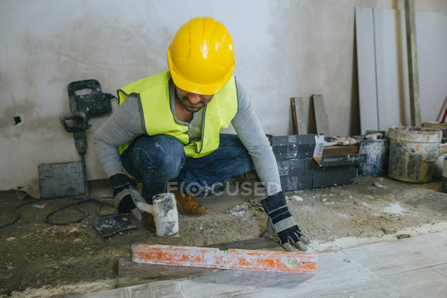 Рабочие помещения полы с молотком — стоковое фото