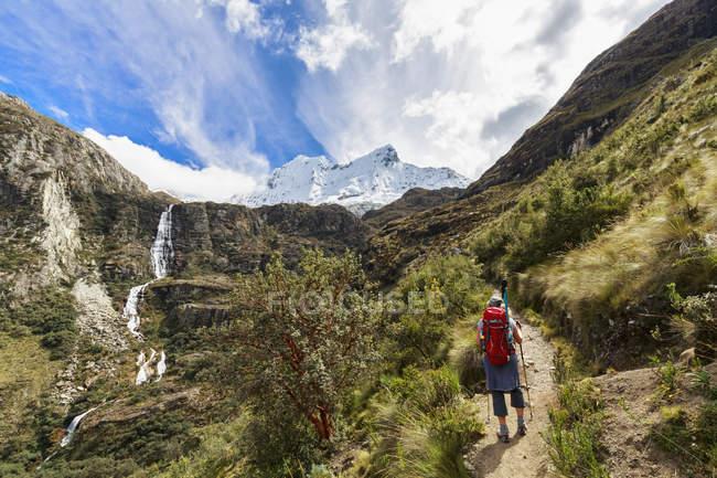 Peru, Andes, Cordilheira Blanca, Parque Nacional de Huascarán, turista, de caminhadas com vista ao Nevado Chacraraju — Fotografia de Stock