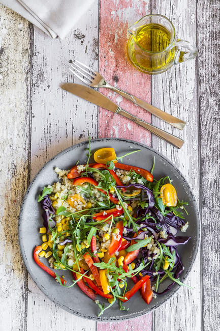 Placa de ensalada de arco iris con bulgur - foto de stock