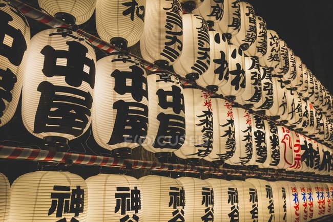 Japão, Tóquio, Asakusa, Lampinhons no santuário de Asakusa — Fotografia de Stock