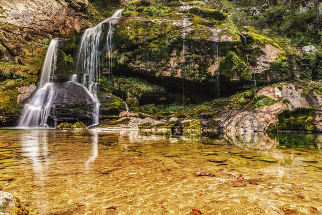 Словения, Bovec, Slap Wasserfall im Tal von Bovec, Julische Alpen, Triglav Nantionalpark — стоковое фото