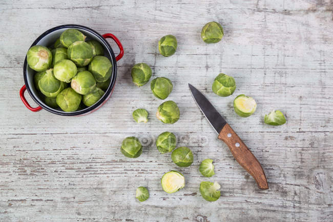 Brussels sprouts with knife and cooking pot — Stock Photo