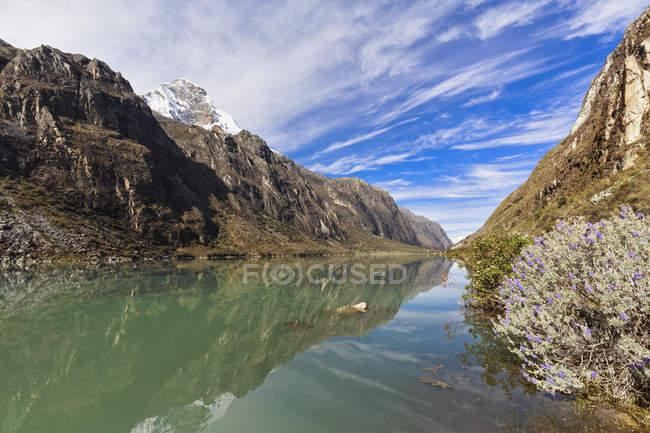 Peru, paisagem Natural dos Andes, Parque Nacional Huascaran, com vista para o lago — Fotografia de Stock