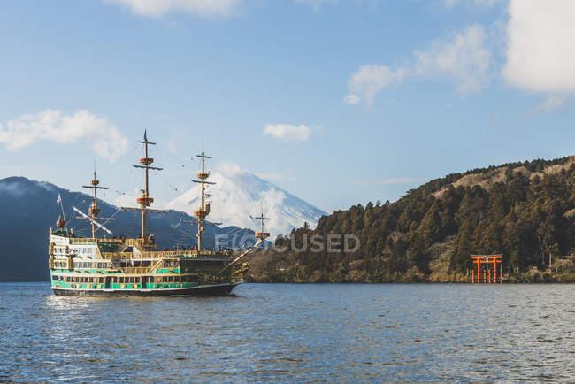 Японія, Hakone, туристичних човен на озері Аші з гора Фудзі на тлі — стокове фото