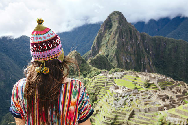 Peru, Machu Picchu region, Female traveler looking at Machu Picchu citadel and Huayna mountain — Stock Photo