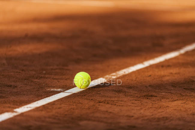 Vista diurna de la pelota de tenis colocada en la línea de frontera en cancha - foto de stock
