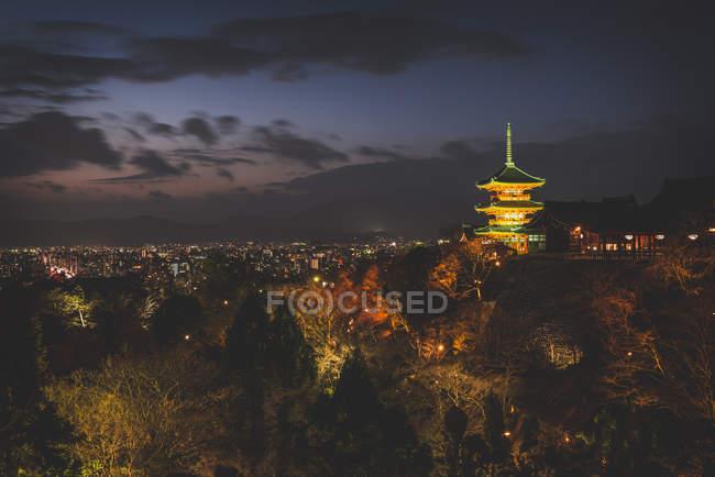 Japon, Kyoto, vue du complexe du temple la nuit — Photo de stock