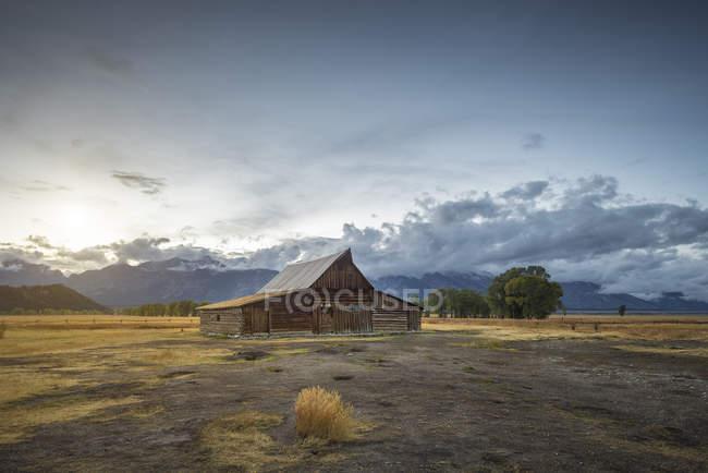 USA, Wyoming, Grand Teton National Park, casa rurale in legno sul campo — Foto stock