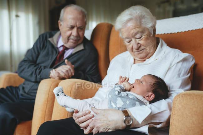 Urgroßeltern kümmern sich zu Hause um Enkelin — Stockfoto