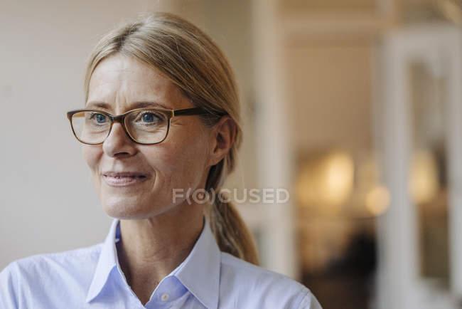 Mulher de negócios usando óculos — Fotografia de Stock