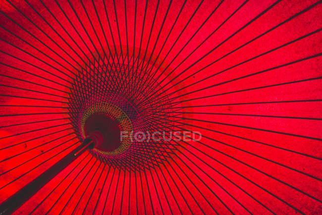 Primer plano de paraguas rojo típico japonés - foto de stock