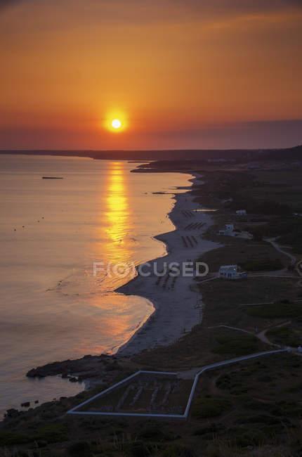 Sonnenuntergang, Strand und Basilika von Son Bou, Menorca, Balearen, Mittelmeer, Spanien. — Stockfoto