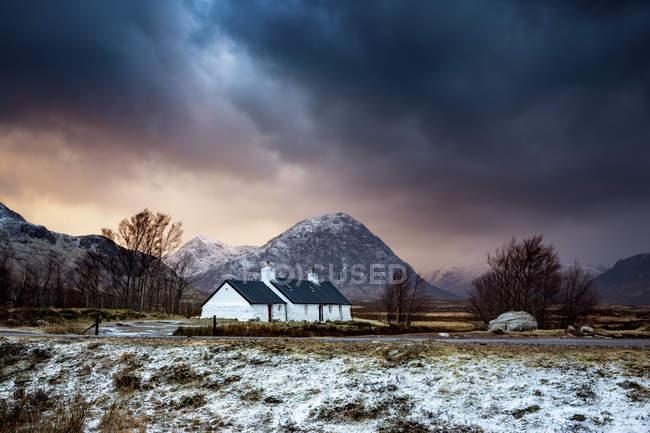 Black Rock Cottage, Glencoe, Escocia, Reino Unido. bajo las nubes - foto de stock