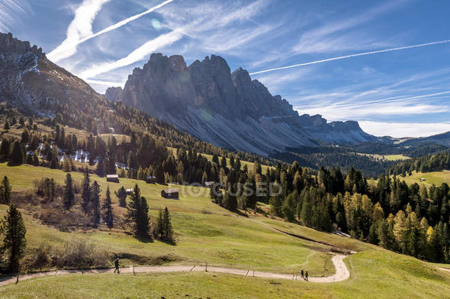 Italie, Tyrol du Sud, Villnoess Valley et chaîne de montagnes — Photo de stock