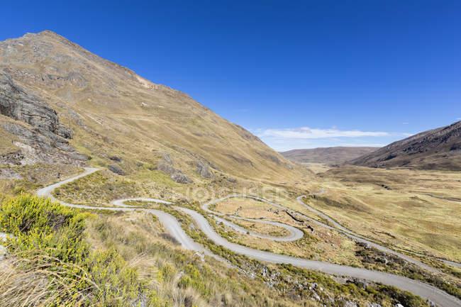 América do Sul, Peru, Andes, Parque Nacional de Huascarán. Cordilheira Blanca, estrada serpentina nas montanhas em dia ensolarado — Fotografia de Stock