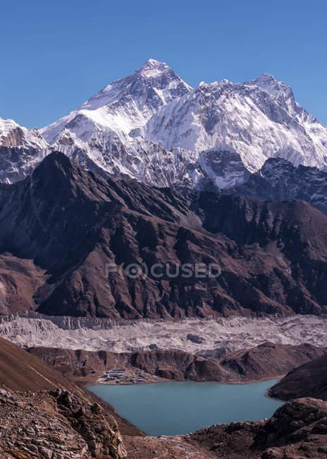 Népal, Himalaya, Khumbu, Everest region, Renjo La, snow covered Gokyo mountain peak — Photo de stock