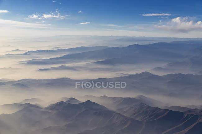 Sud America, Perù, nebbia sopra la regione di Cusco, veduta aerea della catena montuosa — Foto stock