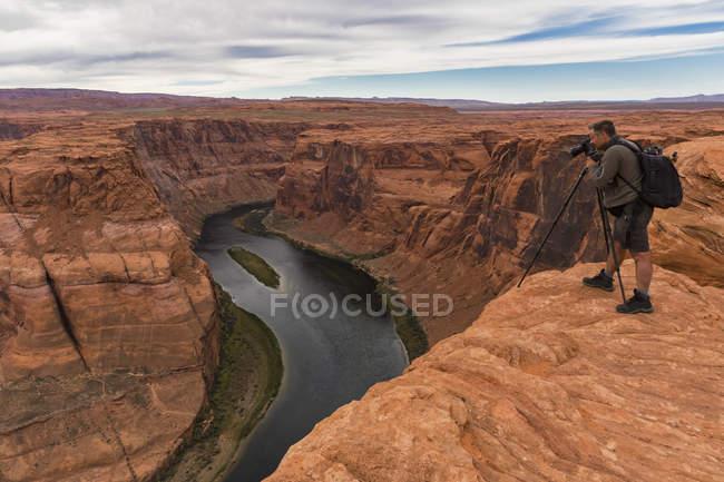 Estados Unidos, Estados Unidos de América, Arizona, hombre disparando paisaje con cámara - foto de stock