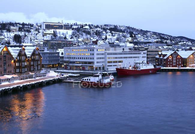 Тромс - город и муниципалитет в провинции Фюльке-Фюле-Тромс в Норвегии. С населением около 66 000 человек, является столицей и крупнейшим городом Трумс и Норд-Норге, Норвегия и седьмым после Мурманска городом второй Лапландии. — стоковое фото