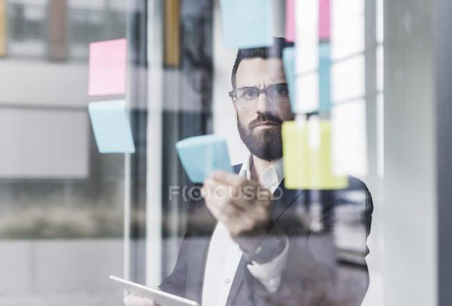 Портрет молодой бизнесмен, вставлять примечания — стоковое фото