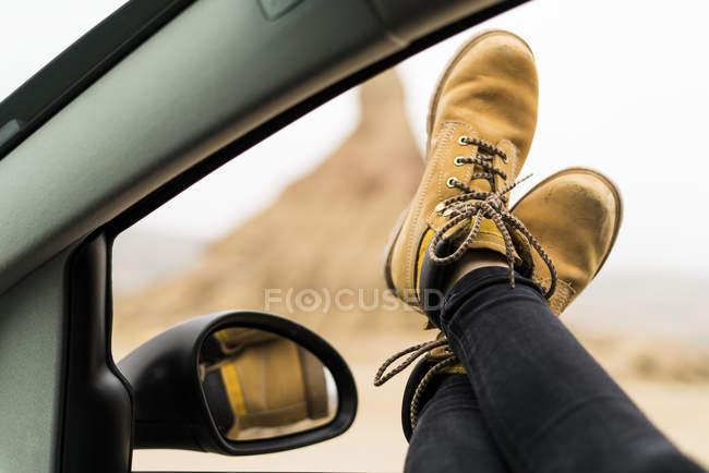 Ноги, выступающие из окна автомобиля — стоковое фото