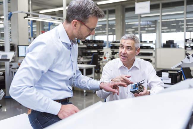 Менеджери обговорення продукту — стокове фото