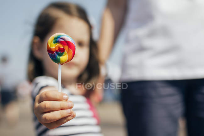 Nova Iorque, Coney Island, Menina com mulher mostrando pirulito colorido em um dia ensolarado de verão — Fotografia de Stock